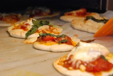 הפיצות המוכנות ביציאה מהתנור. אני הוספתי כמה הפתעות של קממבר, בזיליקום אמנטל או ירקות