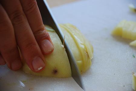 חותכים את תפוח האדמה לקוביות קטנות