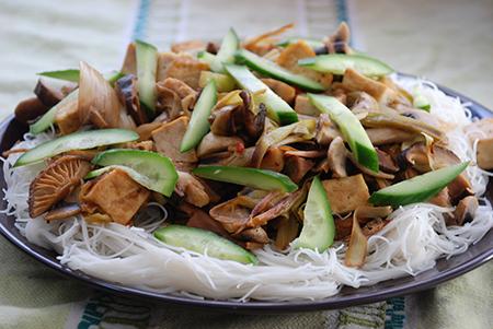 טופו עם פטריות וכרישה ברוטב חמאת בוטנים חריף