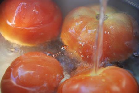 חליטת עגבניות במים רותחים
