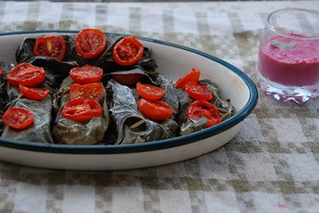 פילה ברבוניה עטוף בעלי גפן ועגבניות, עם רוטב טחינה ורוד