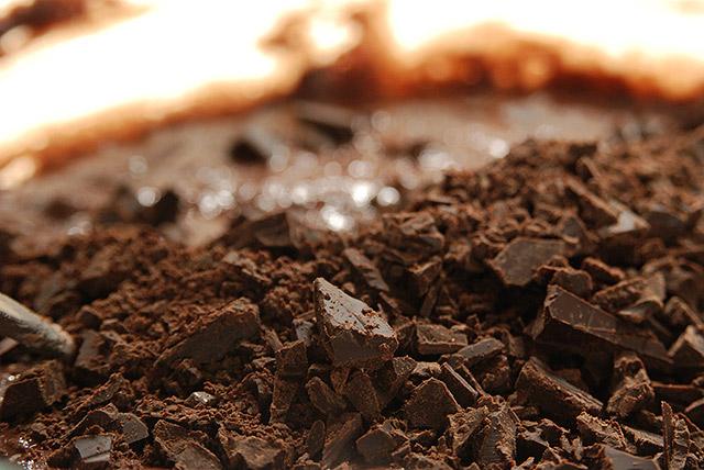 הוספת השוקולד לתערובת